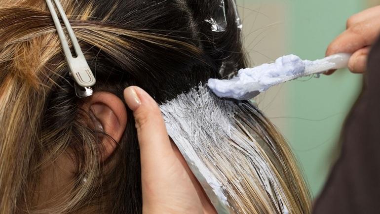 Способ мелирования на русые волосы