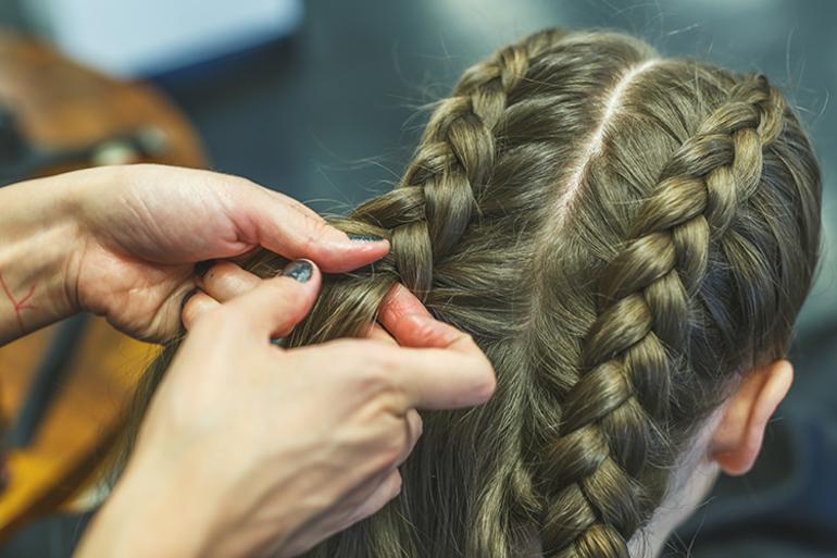 Плетение волос в косички
