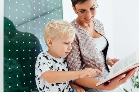 Мама с ребенком читают книгу
