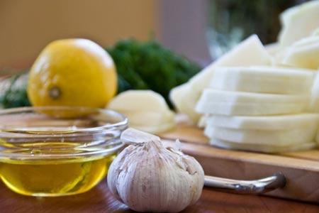 Чеснок и мед на столе