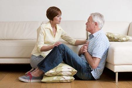 Женщина помогает пожилому мужчине