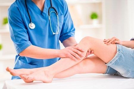 Доктор растирает ноги пациента